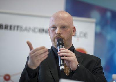 Tim Brauckmüller (Geschäftsführer, atene KOM GmbH) beim Eröffnungspodium der Herbstkonferenz der Initiative D21 in Berlin. Messe Berlin am 25.10.2017. Foto: atene KOM GmbH / Florian Schuh.