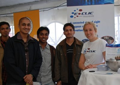 Studenten informieren sich über das Projekt E-CLIC
