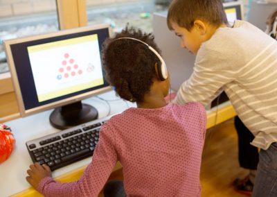 Zwei Schüler am PC in Bürglen