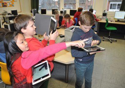 Eine Gruppe Schüler in Vechta am Tablet