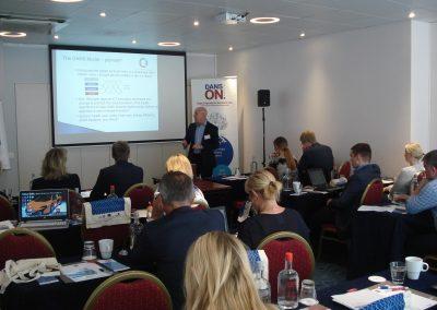 Chris Ashe, Direktor von EIfI, diskutiert das DANS Model im Rahmen der DANS ON Final Konferenz