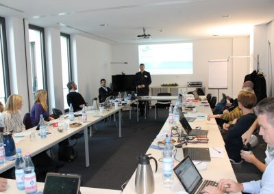 Projektmanager Darijus Valiucko (atene KOM GmbH) präsentiert das Projekt CORA
