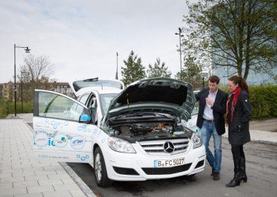 B. Daumiller (Elfi) und A. Alexandersen (SP Hydrogen Sweden) sprechen über den Wasserstoff betriebenen F-Cell beim Kickoff der HyTrEc-Tour nach Brüssel