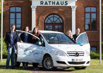 V.l.n.r.: HyTrEc-Projektmanager B. Daumiller, Projektassistentin H. Schröder, Projektassistentin M. Willer, Projektmanager J. Girth und HyTrEc-Projektmanager S. Molkentin neben dem mit Wasserstoff betriebenen F-Cell Auto vor dem Rathaus von Osterholz-Scharmbeck