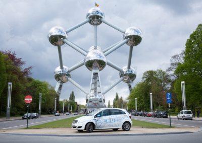 Ein Wasserstoff betriebenes F-Cell Auto parkt vor dem Atomium