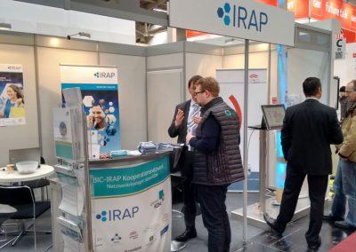 Beratung am Messestand von BIC-IRAP auf der CeBIT in Hannover