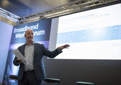 Chris Ashe, Direktor des Europäischen Instituts für Innovation (EIfI) moderiert den Governmental Workshop am 24.10.2017 in Berlin auf dem Broadband World Forum 2017. Foto: atene KOM GmbH / Florian Schuh