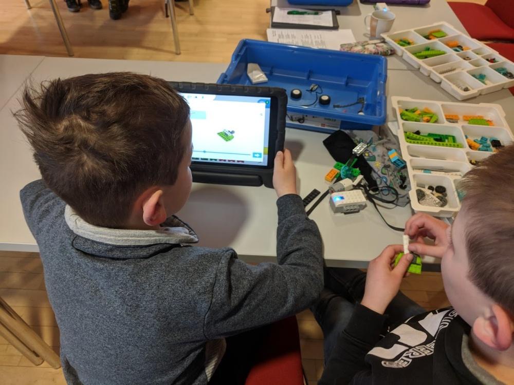 Kinder lernen spielerisch digitale Anwendungen kennen