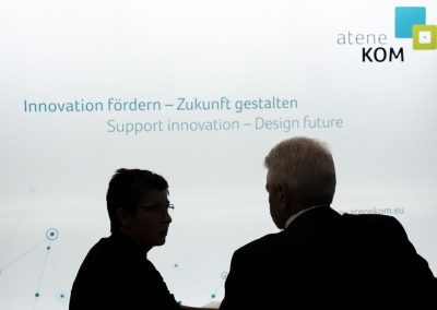 Besucher werden am 20.11.2018 auf der Hypermotion in Frankfurt am Stand von Manfred Henning (atene KOM, r) beraten.
