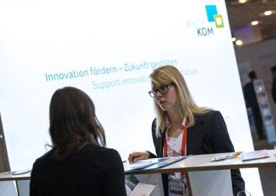 Besucher werden am 20.11.2018 auf der Hypermotion in Frankfurt am Stand von Luisa Willem (atene KOM, r) beraten.