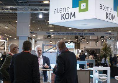 Besucher werden am 20.11.2018 auf der Hypermotion in Frankfurt am Stand von Manfred Henning (atene KOM, 2.v.r.) beraten.