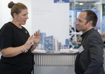 Julia Sommer (Doppelmayr) und Matthias Hochstätter (atene KOM) sprechen am 20.11.2018 auf der Hypermotion in Frankfurt.