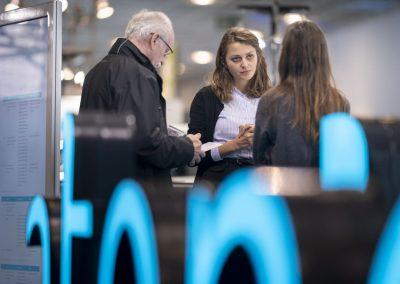 Besucher werden am 20.11.2018 auf der Hypermotion in Frankfurt am Stand von atene KOM durch Teresa Klug (atene KOM, m) beraten.