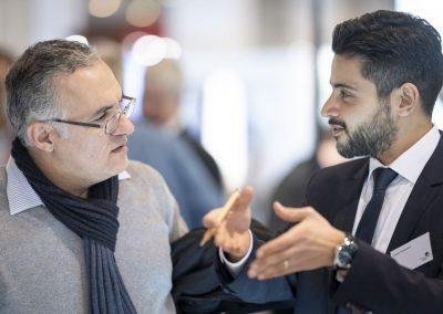 Ein Besucher wird am 20.11.2018 auf der Hypermotion in Frankfurt am Stand von CORA durch Dr. Peyman Khodabakhsh (atene KOM, r) beraten.