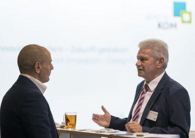 Ein Besucher wird am 20.11.2018 auf der Hypermotion in Frankfurt am Stand von Manfred Henning (atene KOM, r) beraten.