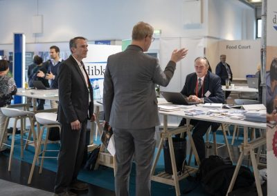 Besucher informieren sich am 21.11.2018 auf der Hypermotion in Frankfurt am Stand von dibkom im Ausstellerbereich Digital Regions der atene KOM.